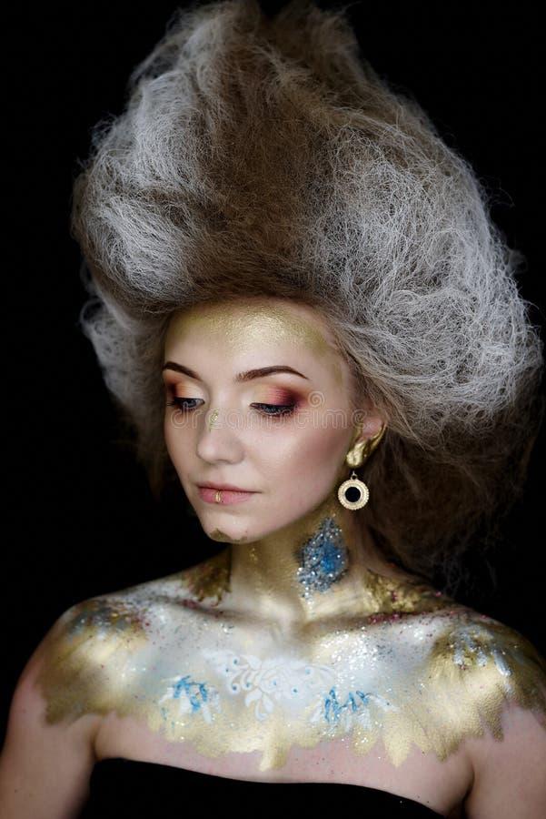 Modellera med härliga blåa ögon med makeup-, frisyr- och kroppkonst royaltyfria foton