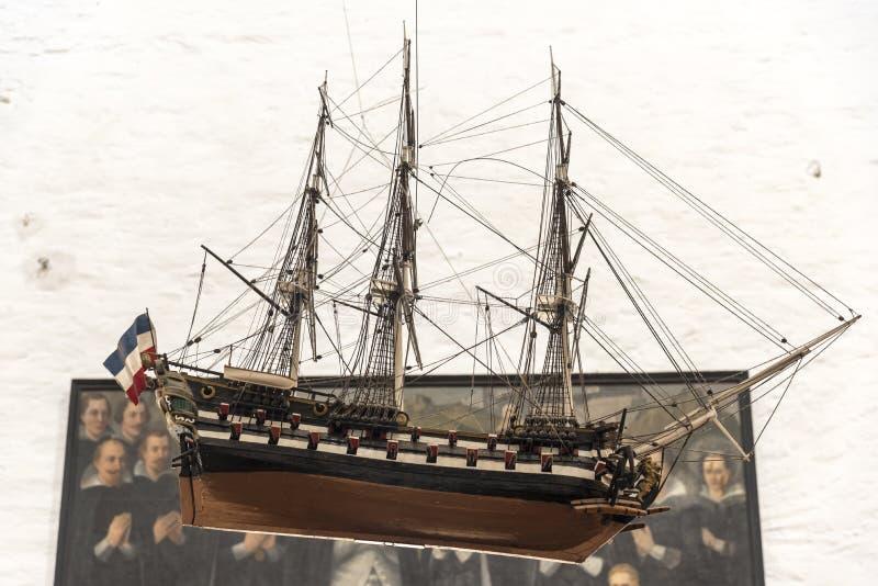 Modellera skeppet som hänger från taket i den huvudsakliga kroppen av Sts Peter kyrka, Rostock arkivbild