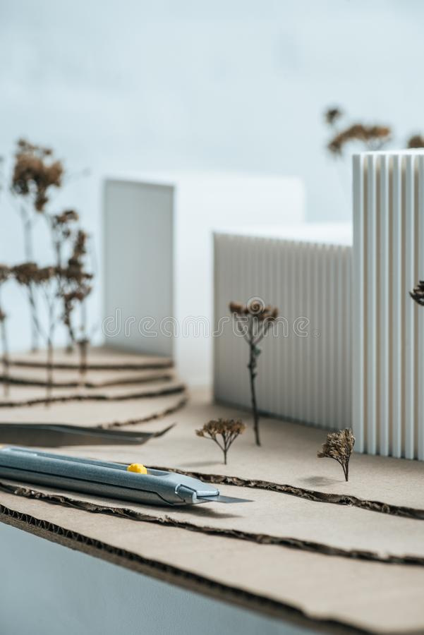 modellerar den övre sikten för slutet av brevpapperkniven och modern byggnad royaltyfri foto