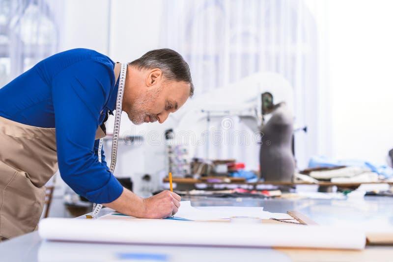 Modelleur die op een document trekken royalty-vrije stock foto's