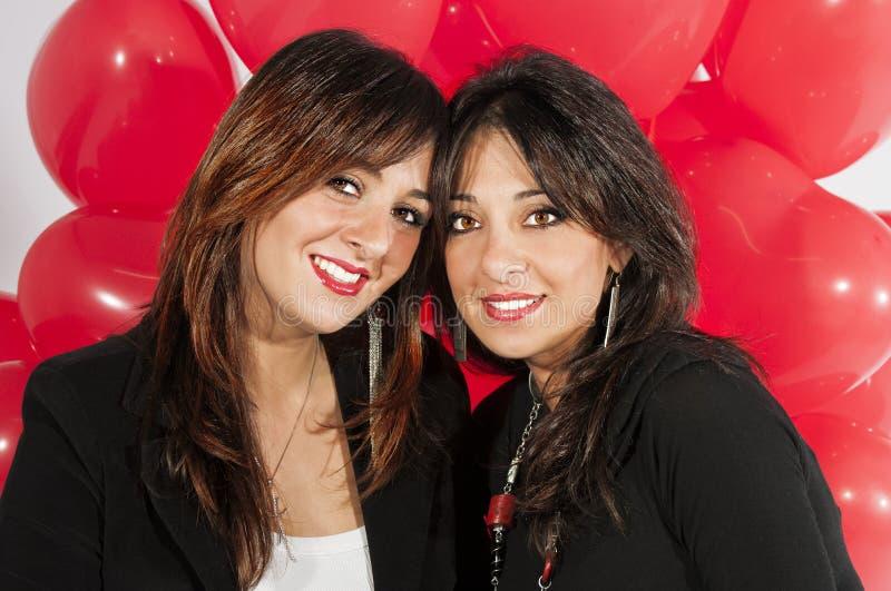 Modellförälskelse för två systrar arkivfoton
