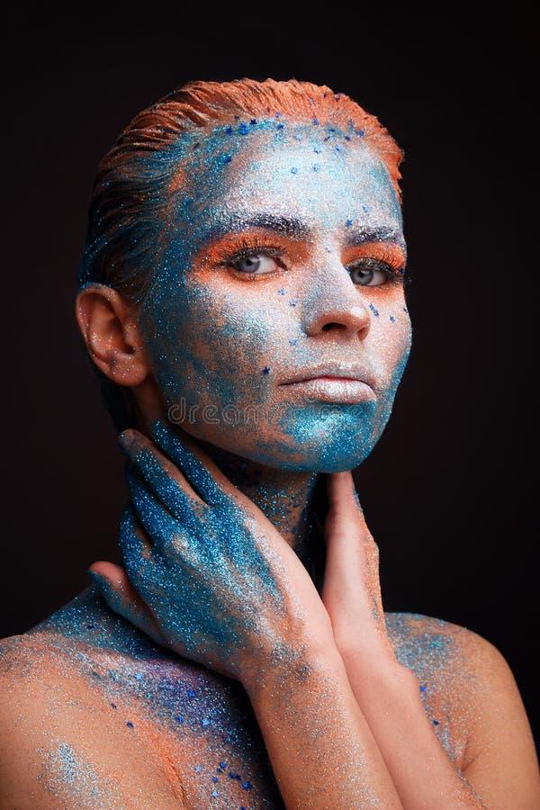 Modellflickastående med färgrikt smink royaltyfria foton