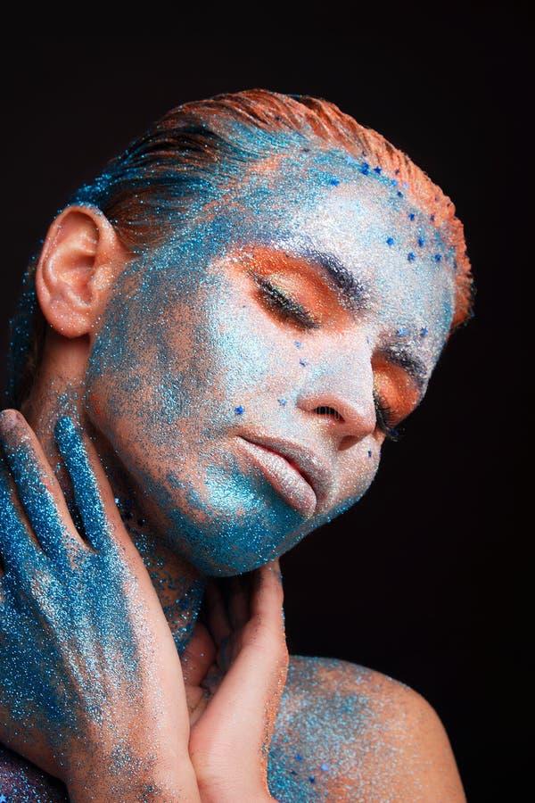Modellflickastående med färgrikt smink arkivfoto