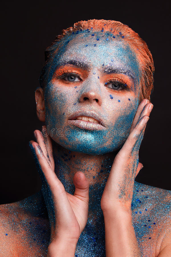 Modellflickastående med färgrikt smink arkivfoton