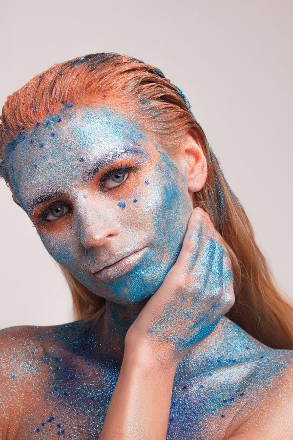 Modellflickastående med färgrikt smink arkivbild