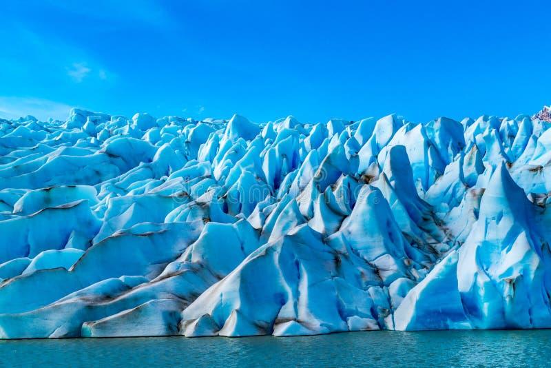 Modellform vid isen av glaciärgrå färger på den Torres del Paine nationalparken arkivbilder