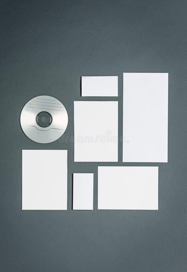 Modellgeschäftsschablone mit Karten, Papiere, Scheibe stockbilder