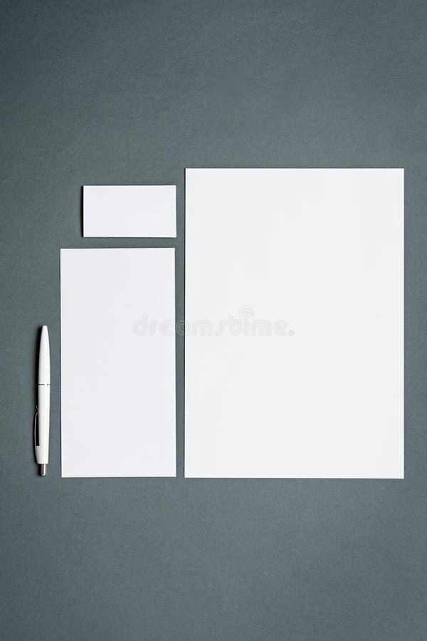 Modellgeschäftsschablone mit Karten, Papiere, Stift Grauer Hintergrund lizenzfreie stockbilder