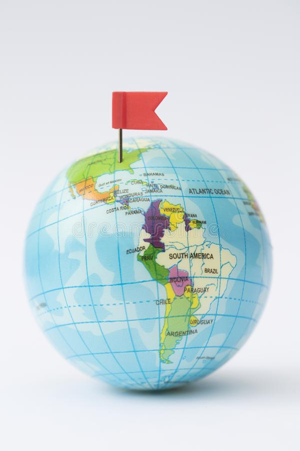 ModellGlobe With Red flagga Pin In North America arkivfoton