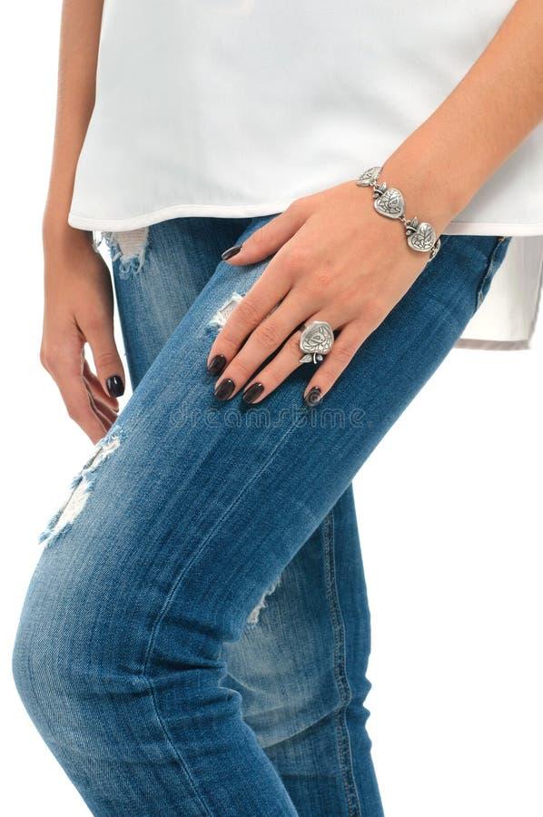 Modellhänder med armband- och fingercirkeln Vårsmyckencollec arkivfoton