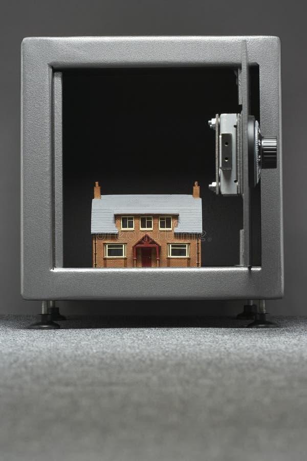 Modellhus i kassaskåp arkivbilder