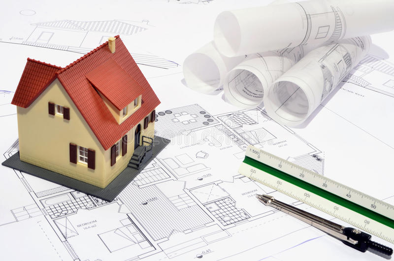 Modellhus på ett konstruktionsplan arkivfoto