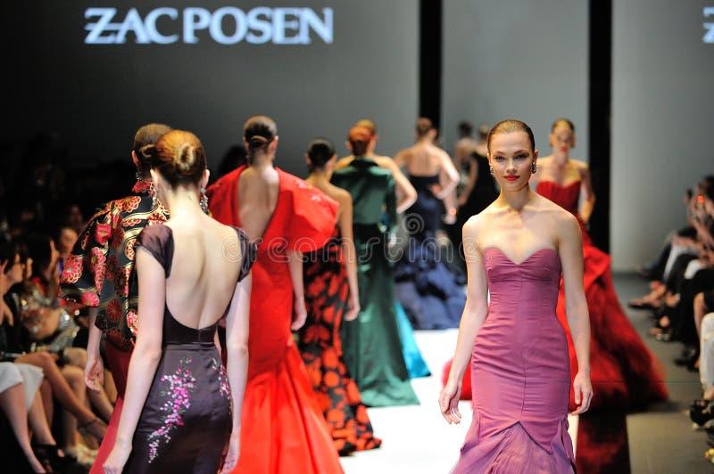 Modelli che montrano le progettazioni da Zac Posen ad Audi Fashion Festival 2012 immagini stock