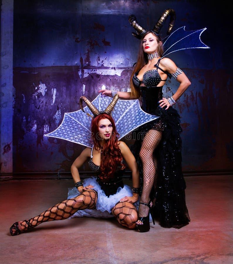 Modelli che portano il costume di Halloween di cuoio e dei corni immagine stock