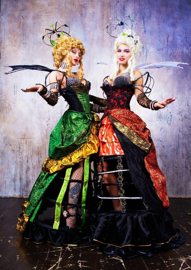 Modelli che portano il costume di Halloween di una regina fotografia stock libera da diritti