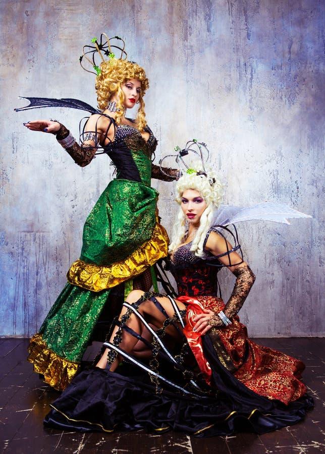 Modelli che portano il costume di Halloween di una regina fotografie stock libere da diritti