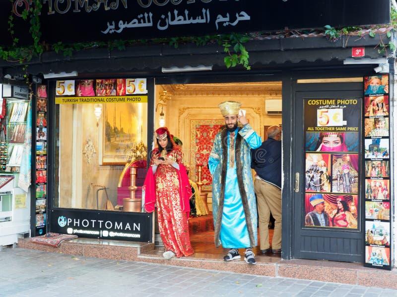 Modelli che stanno davanti allo studio della foto a Costantinopoli, Turchia fotografia stock libera da diritti
