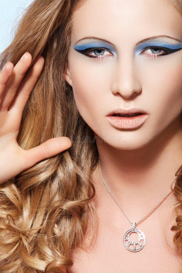 Modelli con trucco di modo, capelli lunghi e monili fotografia stock libera da diritti