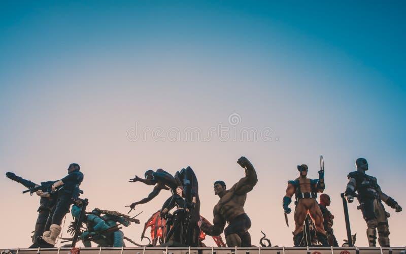 Modelli del supereroe contro cielo blu immagine stock libera da diritti