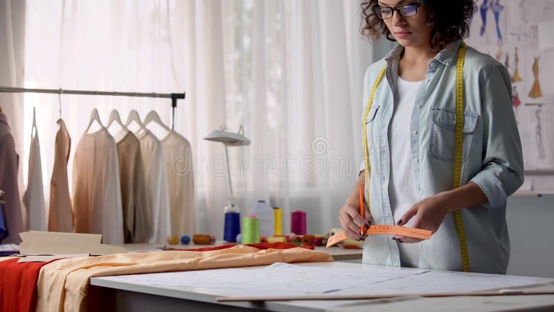 Modelli di segno della cucitrice professionista, consideranti le dimensioni del cliente fotografia stock libera da diritti