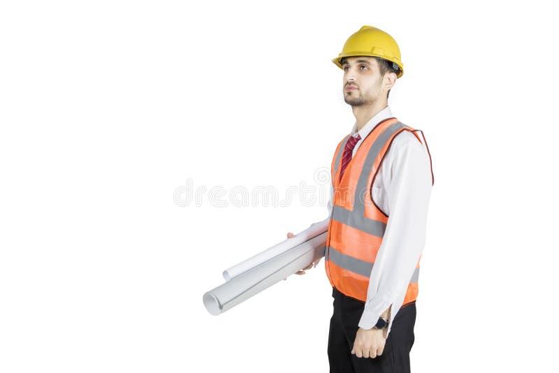 Modelli di trasporto dell'ingegnere civile maschio sullo studio fotografia stock libera da diritti