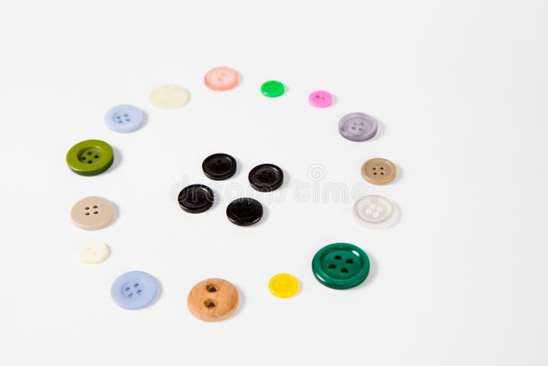 Modelli di una manopola di quattro fori fatta delle manopole del sarto di molti forme e colori di dimensioni immagine stock libera da diritti