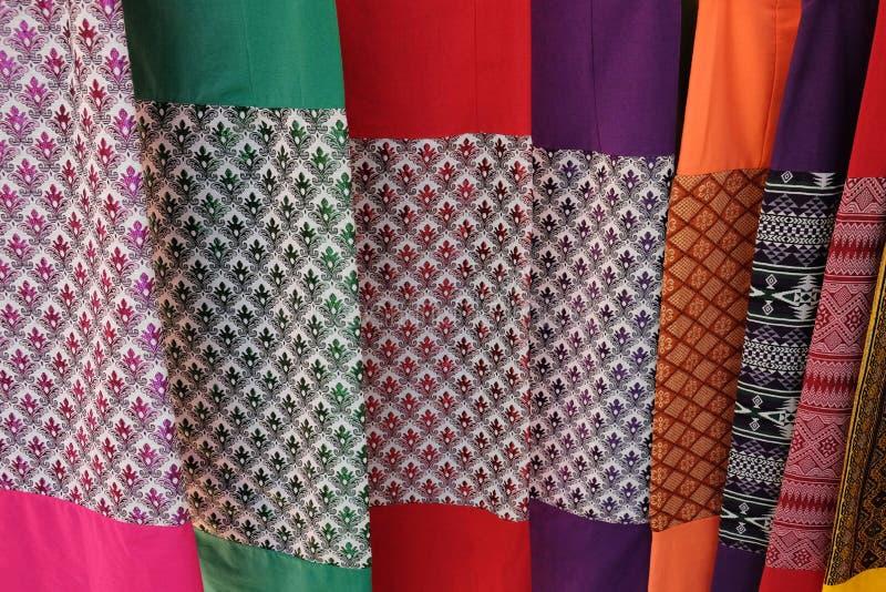 Modelli e colori dei tessuti tailandesi tradizionali fotografia stock libera da diritti