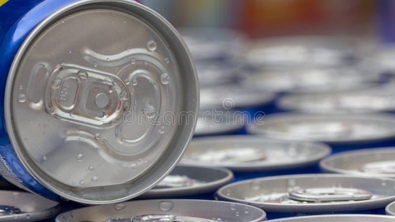 Modelli la ripetizione delle latte di birra nel dipartimento della bevanda e dell'alcool dell'ipermercato fotografia stock