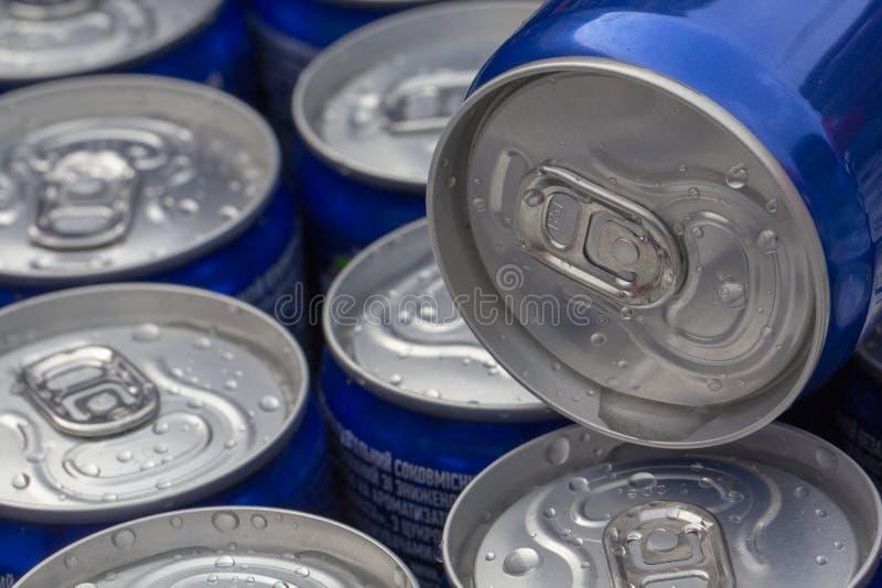 Modelli la ripetizione delle latte di birra nel dipartimento della bevanda e dell'alcool dell'ipermercato immagine stock libera da diritti