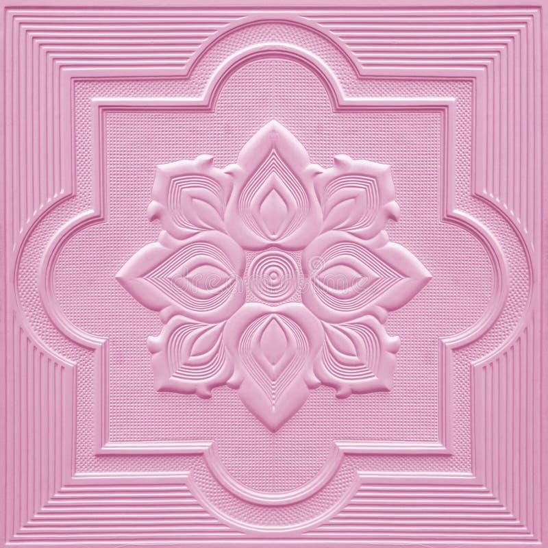 Modelli sugli strati del gesso del soffitto dei fiori rosa immagini stock