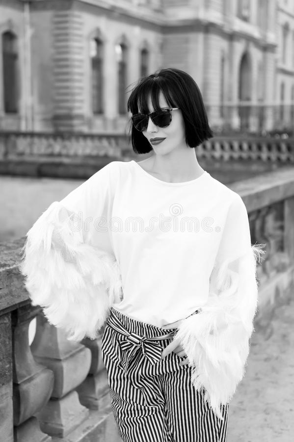 Modellieren Sie in der modernen Kleidung auf Straße von Paris, Frankreich lizenzfreies stockfoto