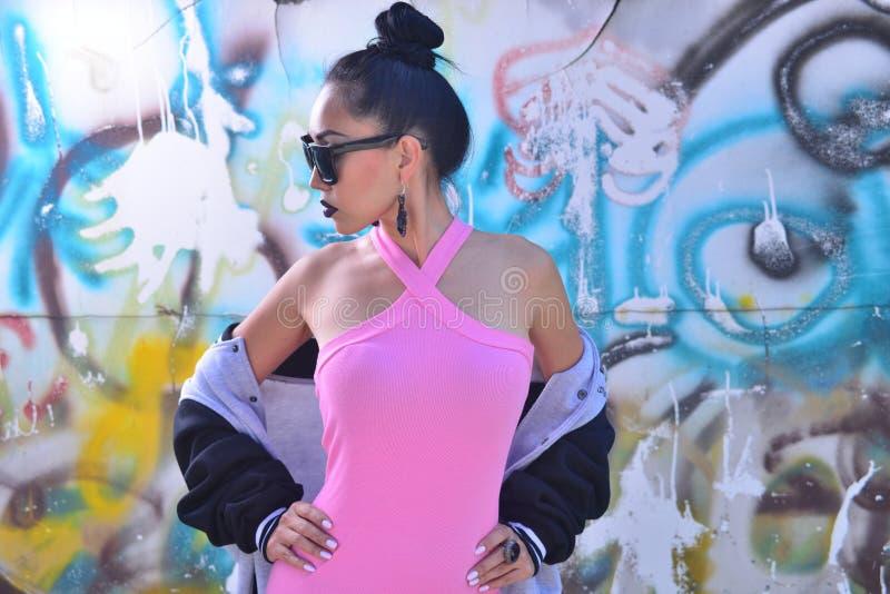 Modellieren Sie mit Gläsern mit hellem Make-up und stilvoller Kleidung lizenzfreies stockbild