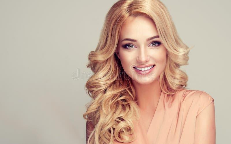 Modellieren Sie mit lang, dicht, Frisur und weißes toothy Lächeln lizenzfreie stockfotografie