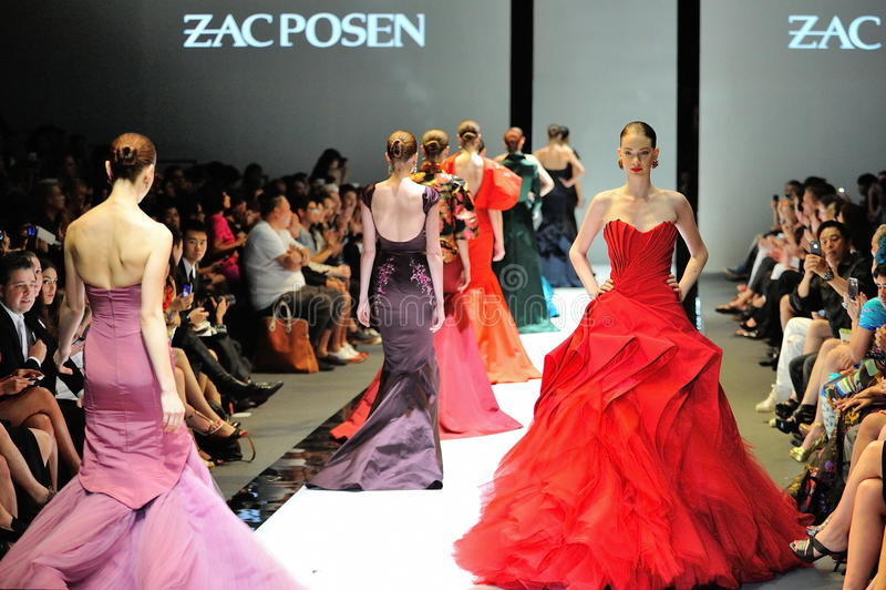 Modelliert Präsentationsdesigne von Zac Posen bei Audi Fashion Festival 2012 stockbilder