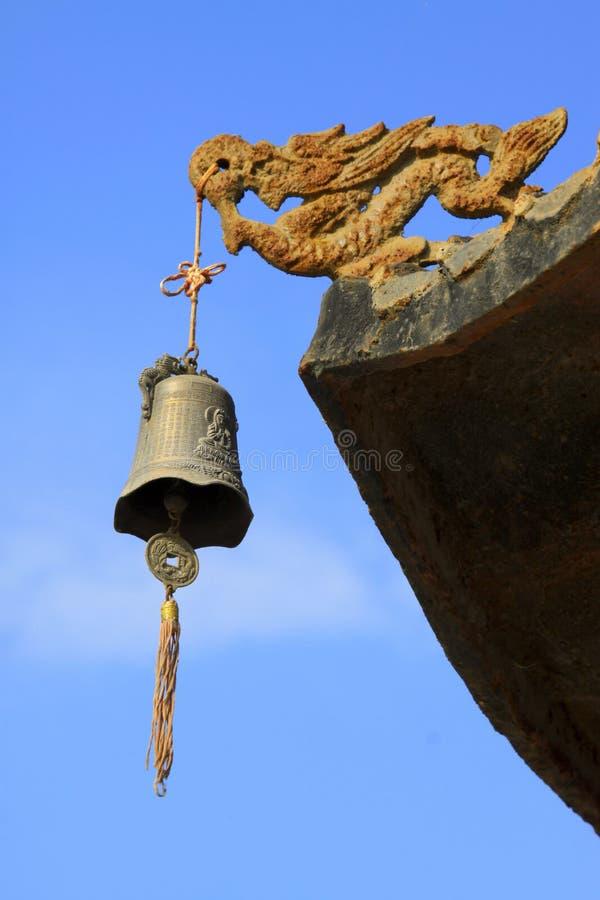 Modellistica del drago e carillon di vento nella gronda fotografia stock libera da diritti