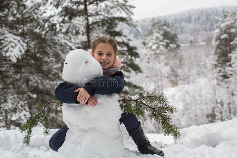 Modellistica dinamica del carattere Bambino della ragazza e un pupazzo di neve immagine stock libera da diritti