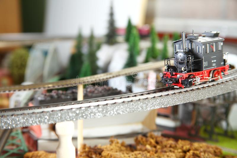 Modelljärnväg på miniatyrmodellstadplatsen royaltyfria bilder