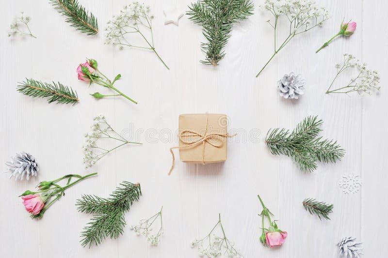 Modelljulsammansättning Jul gåvan, blommor, sörjer kottar, gran förgrena sig på trävit bakgrund Lekmanna- lägenhet, bästa sikt royaltyfria bilder