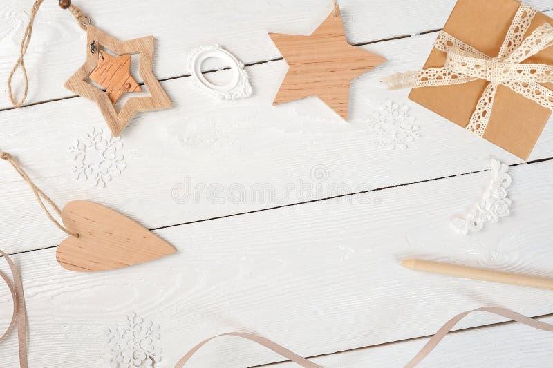 Modelljulsammansättning Jul gåvan, hjärta, sörjer kottar, gran förgrena sig på trävit bakgrund Lekmanna- lägenhet, överkant fotografering för bildbyråer