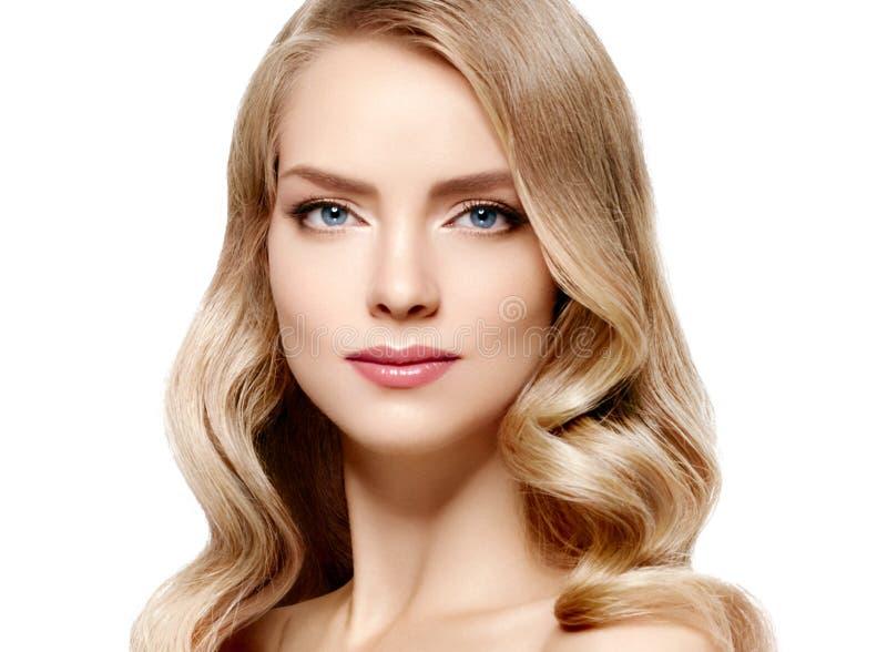 Modellkvinna för blont hår Härlig lång lockig blond frisyrfe royaltyfri fotografi
