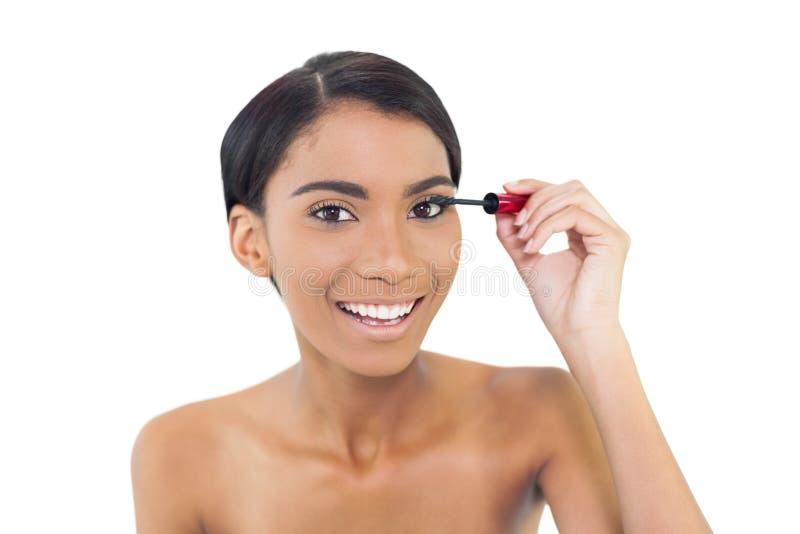 Modello abbastanza naturale che applica mascara immagini stock