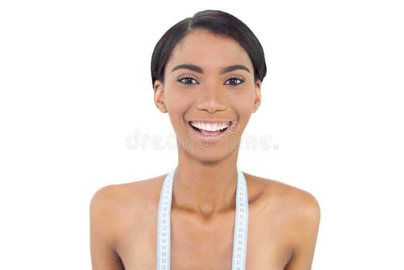 Modello abbastanza naturale con nastro adesivo di misurazione sulle spalle immagine stock libera da diritti