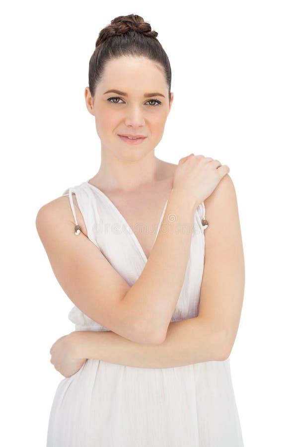 Modello abbastanza naturale nella posa bianca del vestito fotografia stock libera da diritti