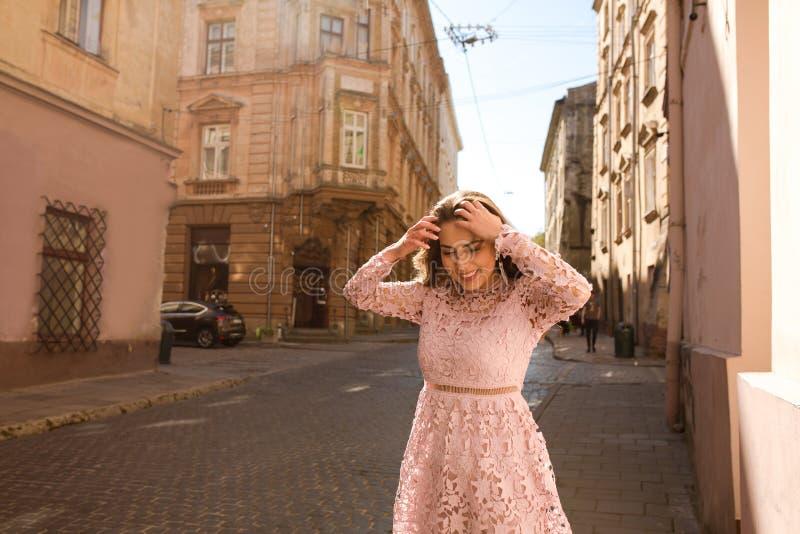 Modello abbronzato adorabile che posa in abito alla moda alla via immagine stock libera da diritti