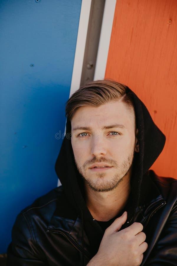 Modello adulto maschio attraente bello della persona nei colori vivi dei ritratti vicini rivolti verso l'alto di espressione dei  fotografie stock libere da diritti