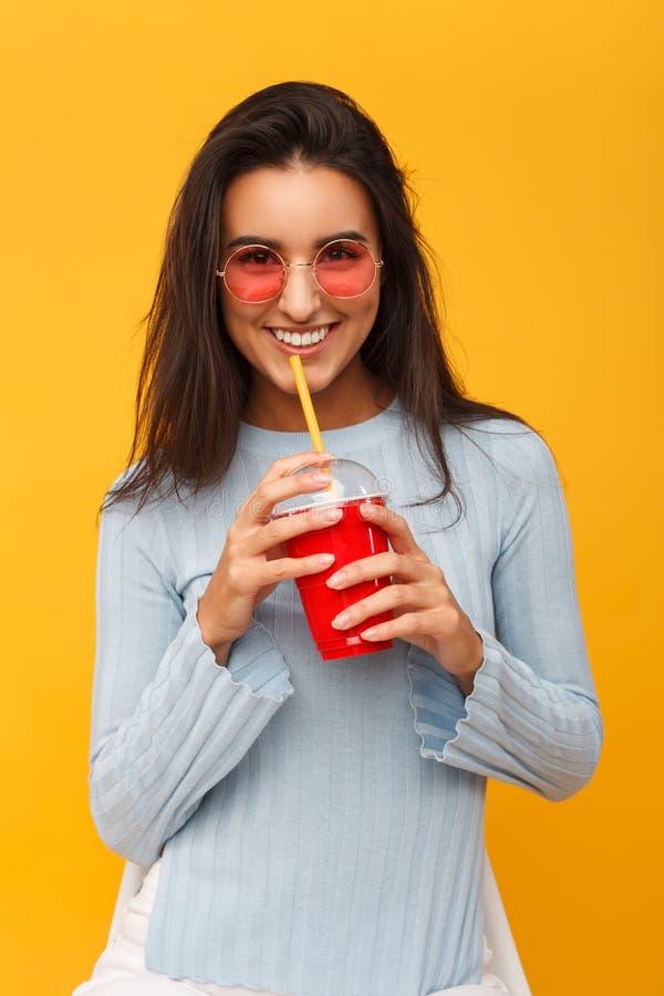 Modello affascinante con la tazza della bevanda immagini stock libere da diritti