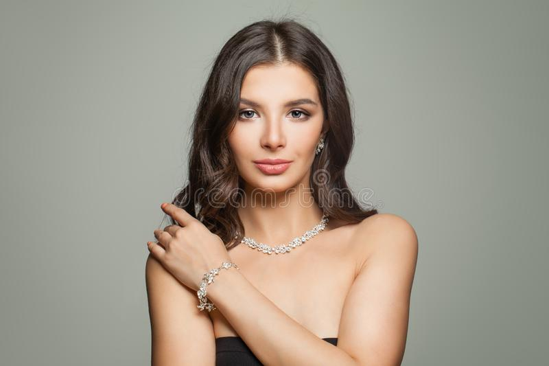 Modello affascinante dei gioielli Donna castana perfetta fotografia stock
