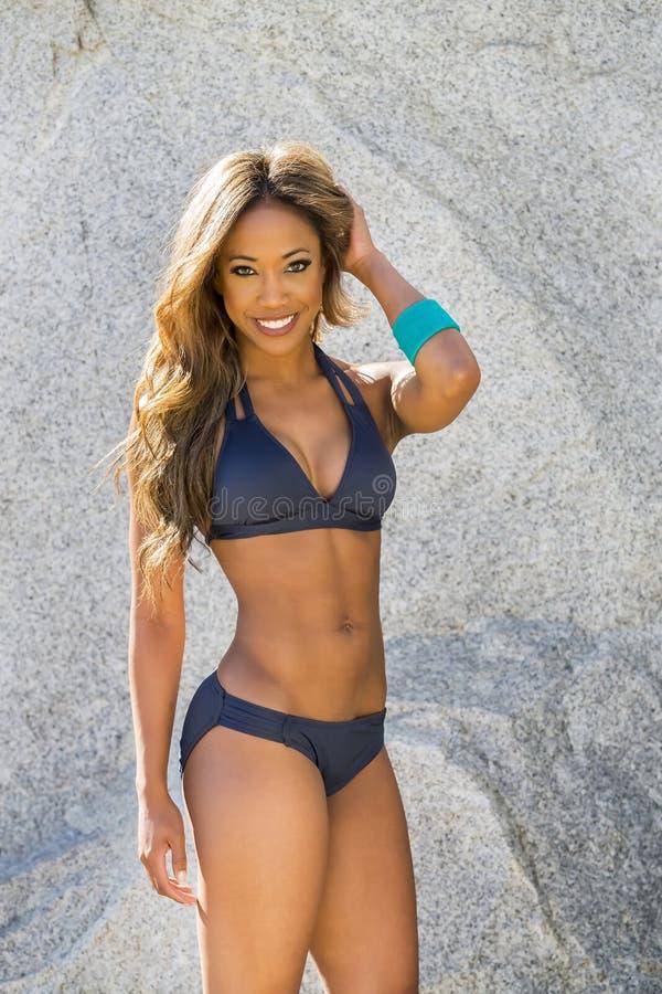 Modello afroamericano del bikini immagine stock