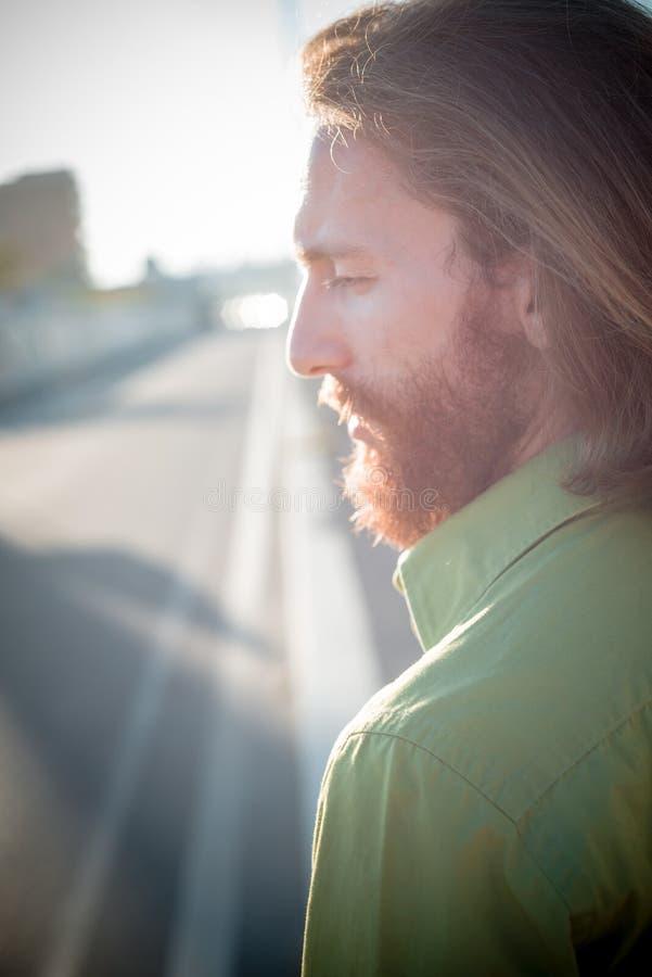 Modello alla moda dei pantaloni a vita bassa con lo stile di vita rosso lungo della barba e dei capelli fotografia stock