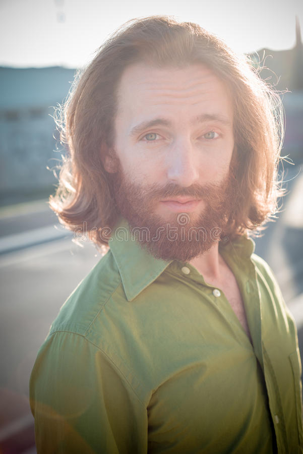 Modello alla moda dei pantaloni a vita bassa con lo stile di vita rosso lungo della barba e dei capelli fotografie stock libere da diritti